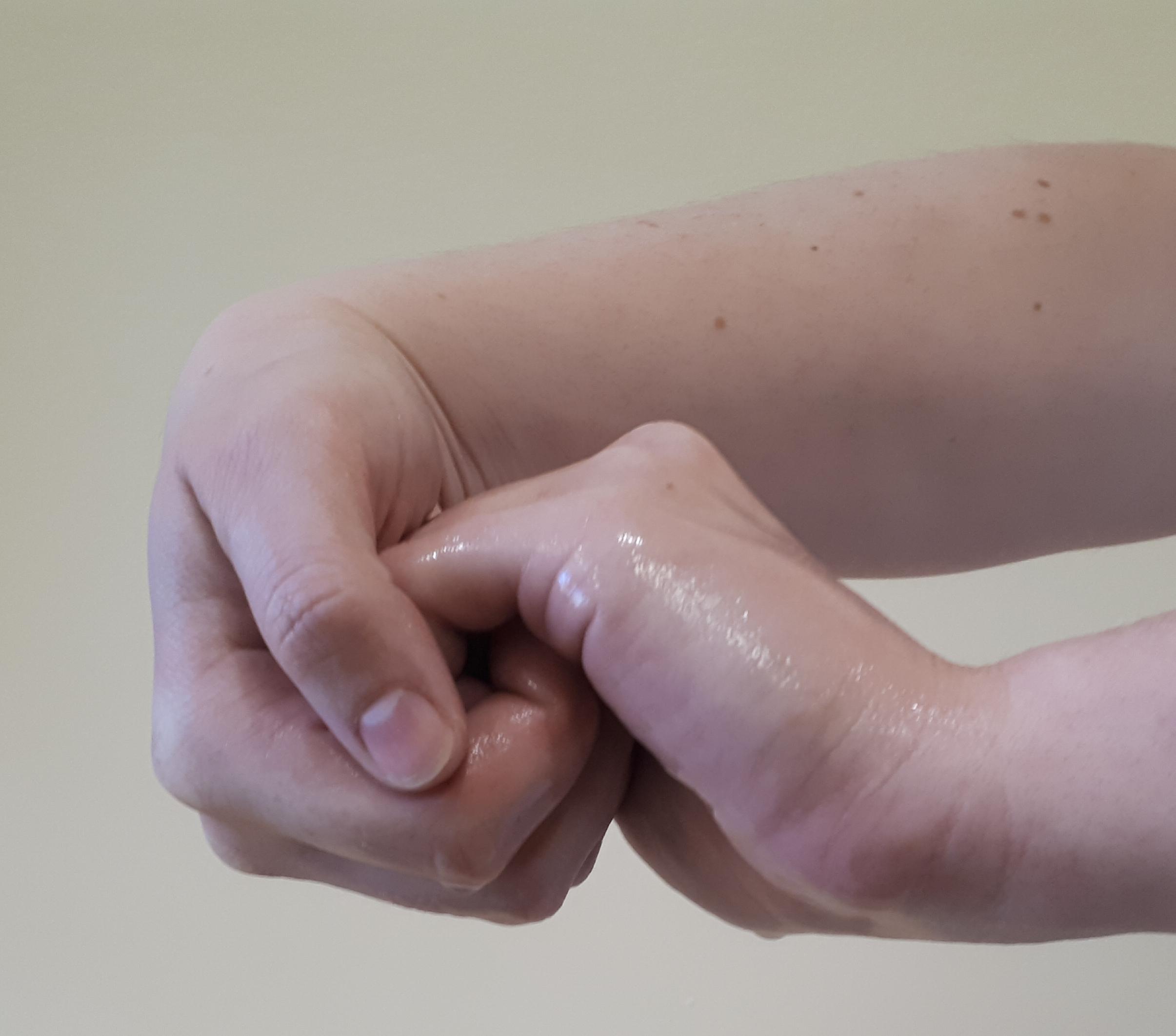 Händedeinfektionsmittel in die trockene, hohle Hand