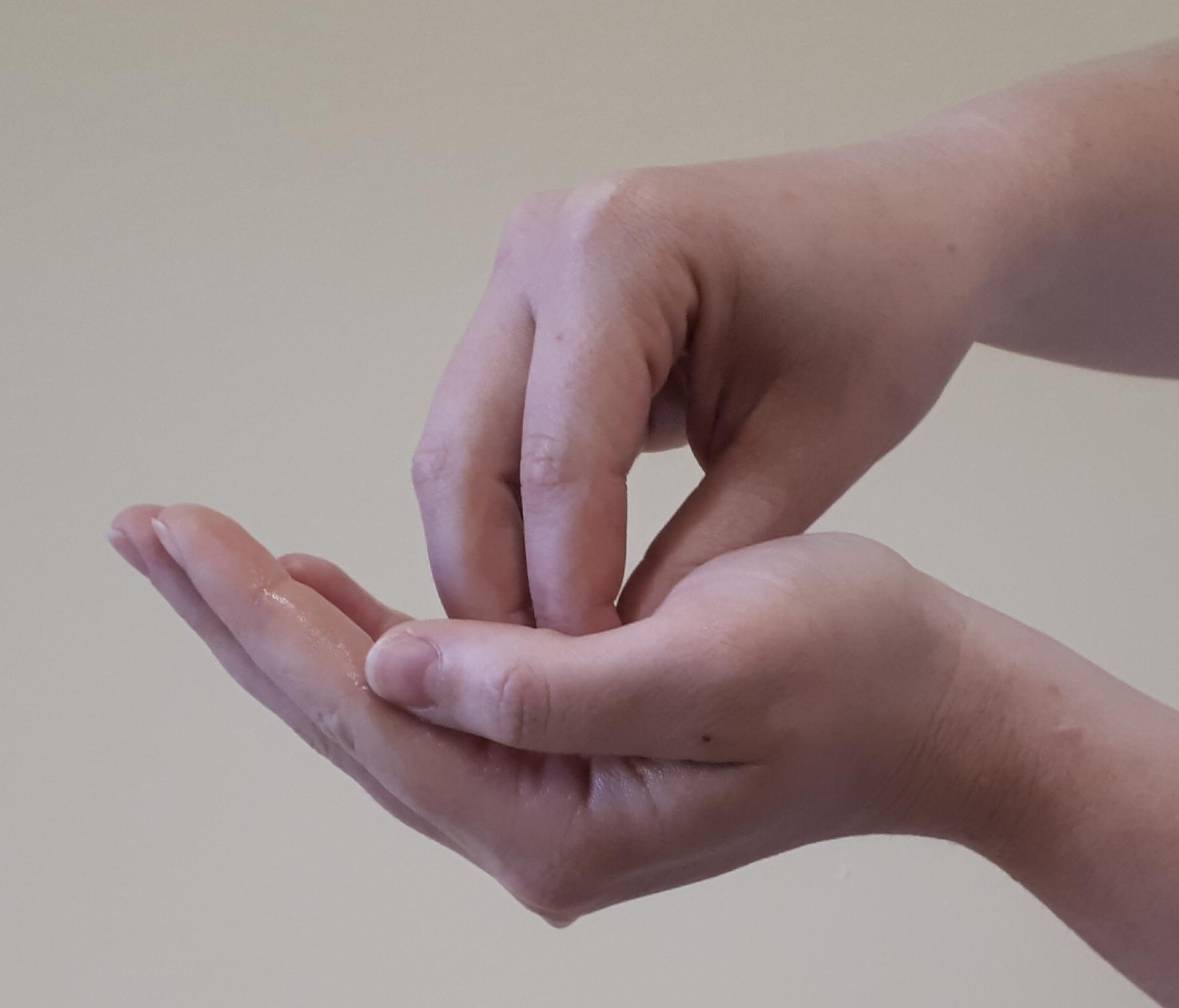 Speziell Fingerkuppen, Nagelfalz und Zwischenräume behandeln