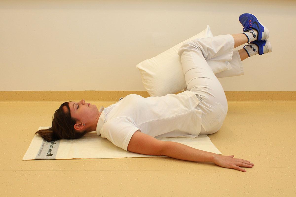 Übung für die Bauchmuskeln mit dem Kissen