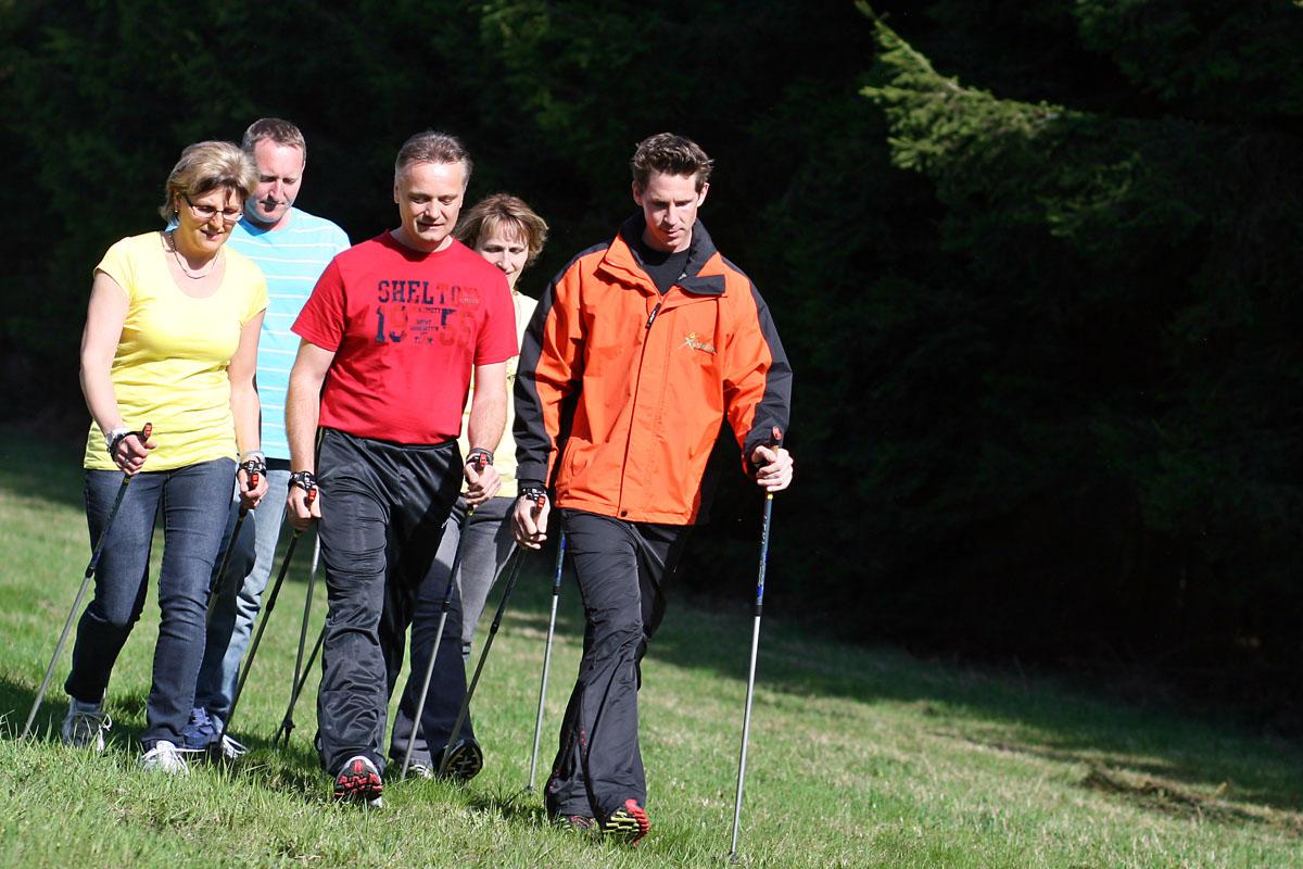 Instruktorbegleitung beim Laufen oder Nordic Walking